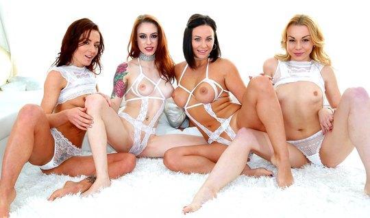 Лесбиянки трахают друг дружку резиновым членом в анал...