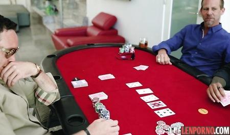 Голая телочка на покерном столе дрочит нескольким мужикам одновременно
