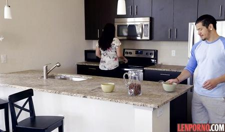 Белокурая стерва восемнадцати лет трахнулась с любимым на кухне