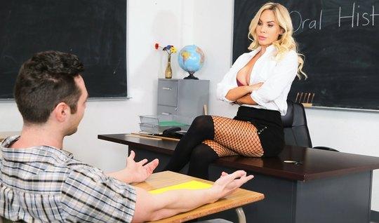 Училка в чулках трахается со студентом после занятий в кабин...