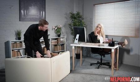 Похотливый парень растрахивает пилотку грудастой бабищи на офисном столе
