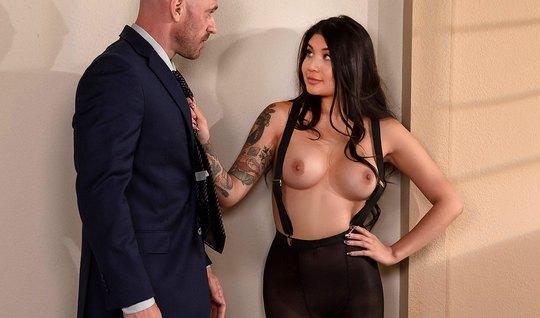 Лысый мужчина натягивает на свой член татуированную красотку...