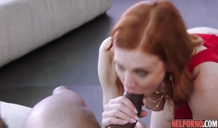 Рыжая бабища с большими дойками испытывает оргазм, прыгая на члене негра