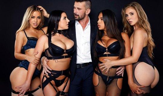 Мужчина принимает участие в лесбийской групповом сексе и тра...