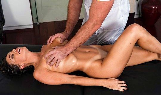 Брюнетка после массажа раздвинула ноги для секса с массажист...