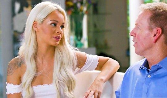 Блондинка после эротического массажа подарила зрелому мужчин...
