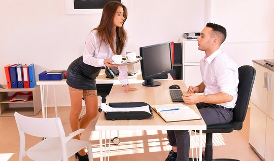 Секретарша в чулках раздвигает ноги для секса с молодым босс...