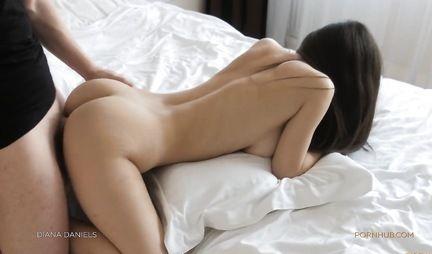 Любовник вместе с подругой снимают свое домашнее порно в позе раком