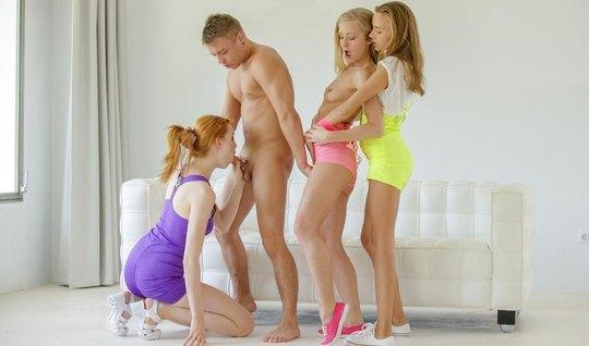 Три молодые развратницы наслаждаются групповым сексом с одни...