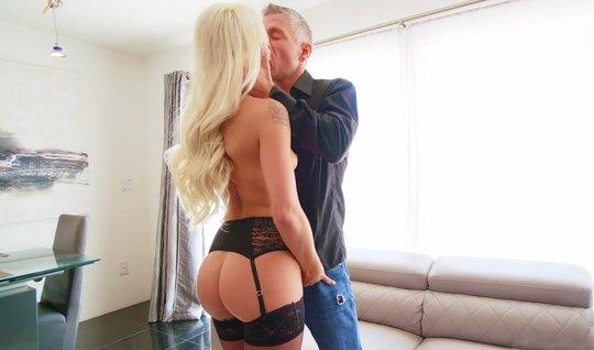 Блондинка в чулках подставляет свою пилотку для порки с любо...