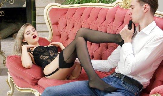 Русская девушка в чулках позволяет своему другу лизать киску и трахать ее членом