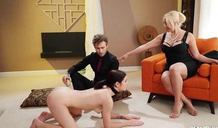 Мамка с рабочими дырочками раздвигает свои ножки ради группового секса