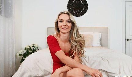 Блондинка в позе раком подставляет свою пилотку для секса и любви