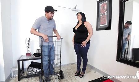 Толстая дама из Детройта занимается любовью с курьером...