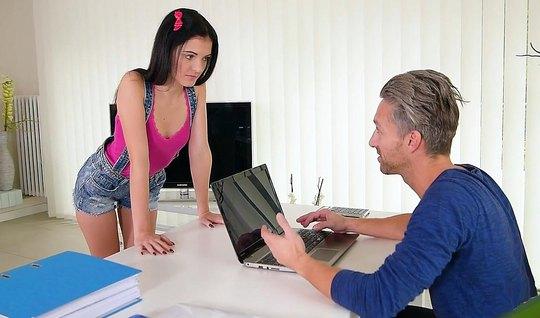 Молодая стажерка порется в офисе со штатным программером